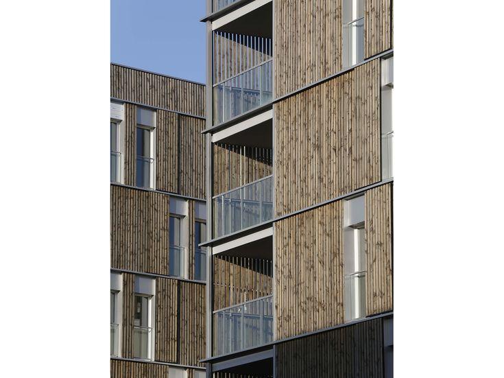 Une façade légère innovante   L'opération se caractérise par sa façade légère revêtue de bois posé à claire voie.  Elle qualifie le projet : elle enveloppe chacun des deux bâtiments, en suit les plis et développés, devient persienne coulissante devant les fenêtres et s'interrompt partiellement à l'endroit des terrasses. Mise au point par l'agence, cette façade légère de 30 cm d'épaisseur associe des composants industriels : plateaux de bardage et précadres en acier à une vêture bois.   La…