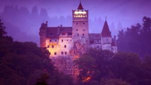 Siapa Berani Jalani Malam Halloween Sendirian di Kastil Count Dracula