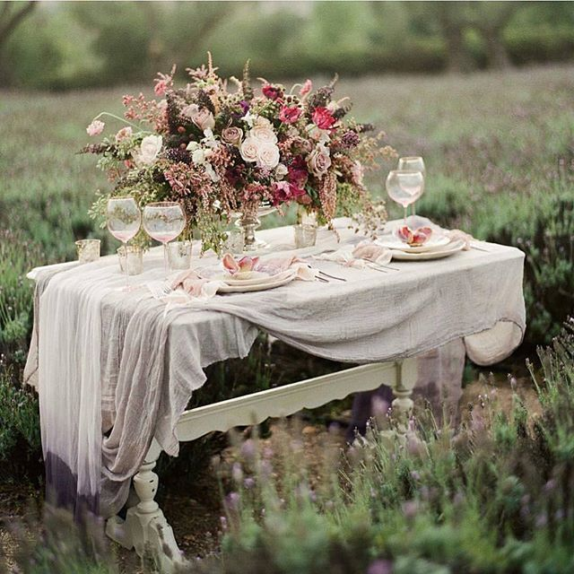 Oh, this table by @hintofchic I love the layers and the combo of silk &…
