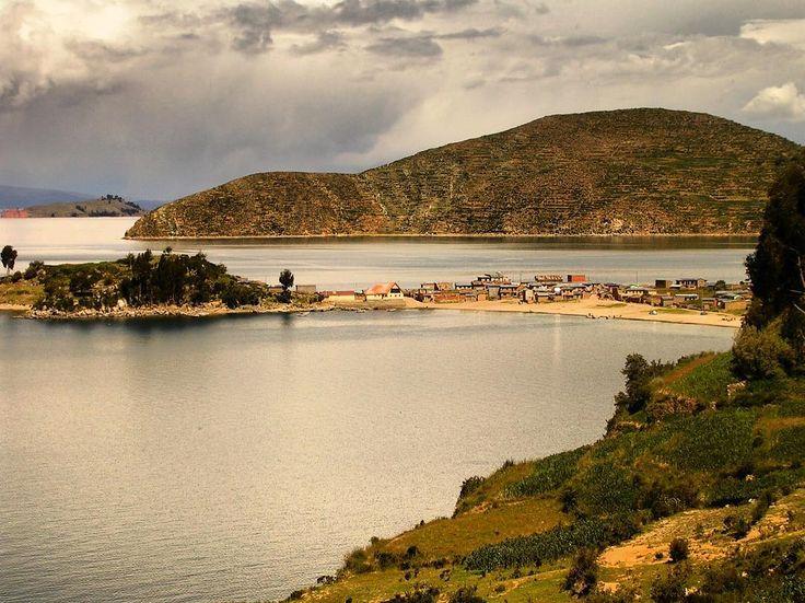 """La #isladelSol es una isla #boliviana situada en el #lagoTiticaca perteneciente a la provincia de #MancoKapac en el departamento de #LaPaz  Tiene una longitud de 96 km por 46 km de ancho y una superficie de 143 km. Es la isla más grande del #lago su nombre original es isla #Titikaka que significa """"puma de piedra""""  Según la #mitología #inca la Isla del #Sol fue el legendario lugar donde se originó la civilización Inca ya que precisamente aquí es donde se encuentra la """"roca de los origenes"""" de…"""
