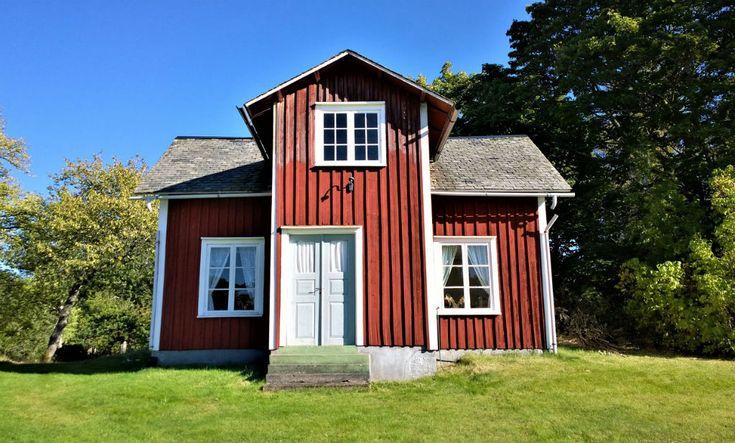 För första gången på nästan 20 år märks en liten minskning av antalet fritidshus i Sverige som ägs av utlänningar.Bara norrmännens intresse för svenska stugor har ökat under året.