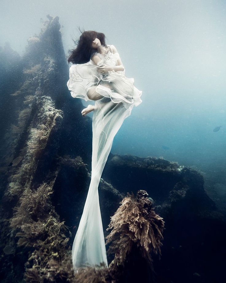 Models Dive To An Underwater Shipwreck In Bali For A Literally Breathtaking Photoshoot. No photoshop! | Benjamin Von Wong