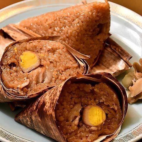 Tokyo Calendar  『ビーフン東』の、バーツァン(中華風ちまき)。お米の一粒一粒に旨みがたっぷり!必ずオーダーしたい。 #東京カレンダー #東カレ #新橋 #ビーフン東 #バーツァン
