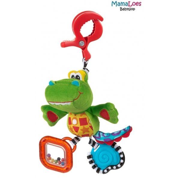 Snappy the Alligator is het nieuwe lieve reisvriendje voor je baby. De lieve Snappy Alligator is gemakkelijk aan de wandelwagen te bevestigen en vermaakt je kindje onderweg. Het speeltje heeft verschillende kleuren en patronen, wat de visuele ontwikkeling van je kindje stimuleert. Dankzij de verschillende stoffen wordt je kindje gestimuleerd om het speeltje aan te raken, wat weer stimulerend werkt voor het tastvermogen.