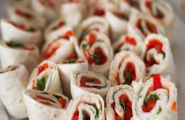 Gemakkelijke hapjes: wraps gevuld met een laagje kruidenkaas, rucola en paprika.