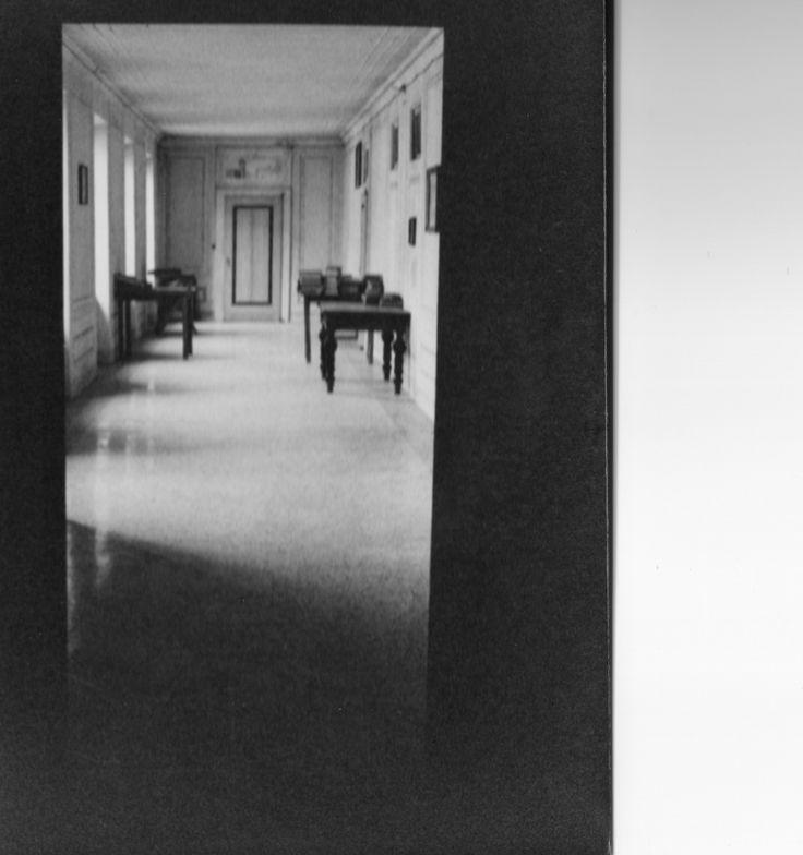 Un corridoio che ti accompagna a una dolce #evasione...  #1000AnnidiStoria danno anima alle sei #suite del #relasi in charme di @CastleofAngels #Historical #Wellness #Imperial suite per un #soggiorno da sogno, una #pausarelax, un #weekend romantico,...  #Castle #Italy #history