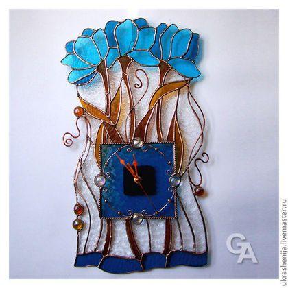Купить или заказать Часы настенные 'Синие цветы' в интернет-магазине на Ярмарке Мастеров. Настенные витражные часы: цветное стекло, техника Тиффани. Механизм бесшумный, кварцевый, с плавным движением стрелок.…