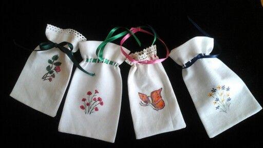 Bolsitas para regalo hechas con lino y pintadas a mano