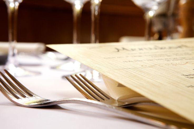 Laminér det smukke træpapir med menukortet og brug det i den nystartede restaurant eller café. Rul den elegante invitation og bind en rustikt bastbånd eller et kønt silkebånd omkring. Til erhvervsmessen skiller dit firma sig ud med unikke flyers i papirstræ, ligesom medarbejdere vil værdsætte kursuscertifikatet endnu mere i smukt trætryk.
