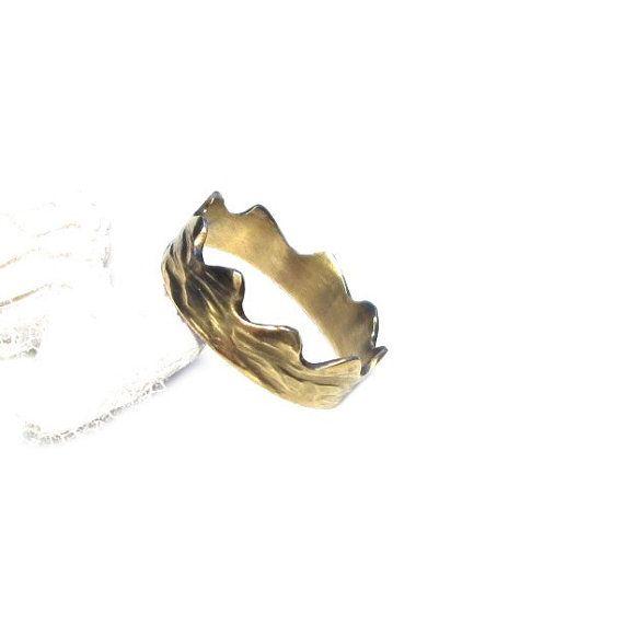 Anillo de Corona hecha a mano de oro de cobre amarillo plateado. Este precioso anillo es único. La superficie es finamente equipado con un patrón, que es agradable a la Ajustes de la forma del anillo.  Ajuste el anillo del anillo es tamaño 60 (19. 1mm) Aprox. 6mm de ancho  Estados Unidos 9.1 UK tamaño S ancho = 0,23 pulgadas