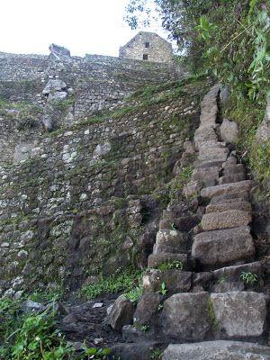 arte de la aventura de visitar las ruinas de Machu Picchu es ascender al Huayna Picchu, el pico más famoso, el que sale en todas las fotos. Machu Picchu, el que les da nombre, significa montaña vieja y es el que queda habitualmente a la espalda. Huayna Picchu es montaña joven