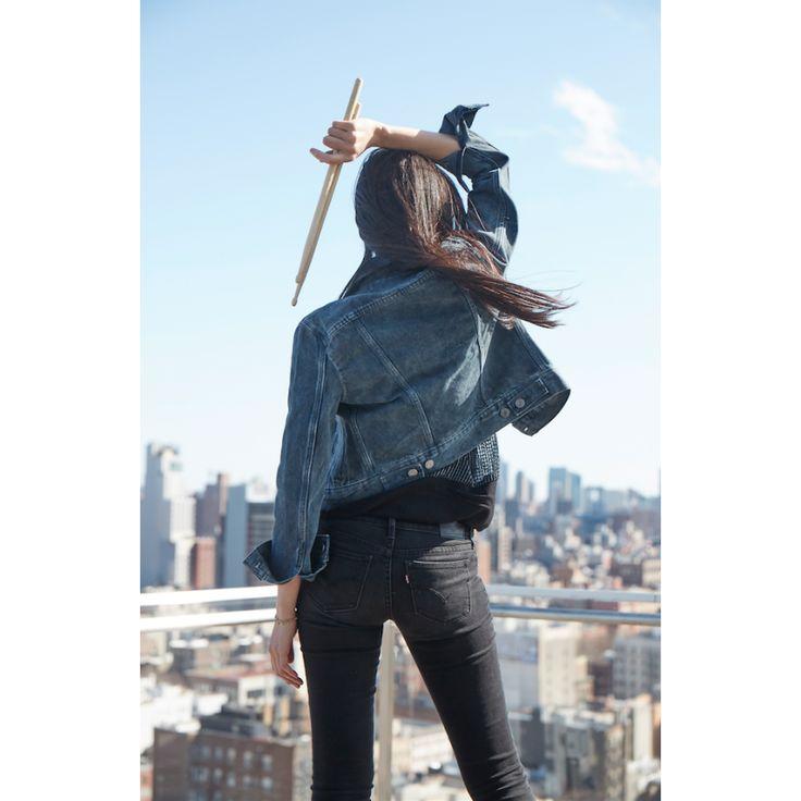 Fast am wichtigsten beim Jeans-Kauf ist natürlich die Frage, wie der Hintern in ihr aussieht. Très bien, wie dieses Bild von der mexikanischen Schlagzeugerin Kavka Shishido beweist ...