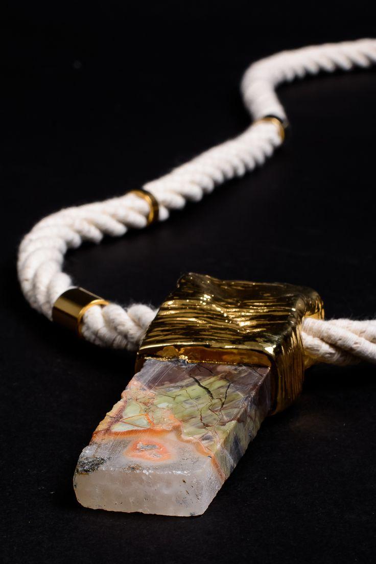 collar emperador, jade y cerámica bañada en oro