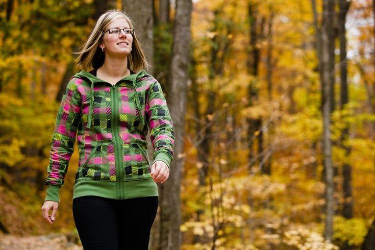 Qué músculos, nervios y huesos se involucran al caminar. Como los seres humanos son una especie bípeda, caminar es su principal medio de locomoción. Si caminas todos los días hacia tus necesidades básicas, tales como el trabajo, el ejercicio o simplemente por ocio y placer, es fácil dar por sentada ...