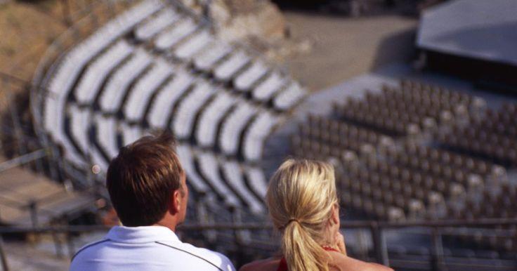 """Partes del teatro griego: el diazoma . El diazoma del teatro griego es uno de los varios pasajes que dividía el """"theatrón"""" (área de asientos) en sus secciones superior e inferior. Es un ancho arco semicircular, paralelo a la orquesta, que se cruza con los pasillos que corren por los diferentes niveles. Entre las secciones de asientos superior e inferior, muchos teatros tenían más de ..."""
