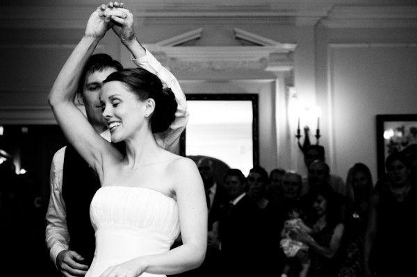 Multe detalii sunt importante, insa in cea mai mare parte distractia invitatilor la nunta depinde de muzica pe care o asculta. O situatie in care toti invitatii sau majoritatea lor prefera un anumit gen muzical este doar teoretica. Nuntasii sunt de diferite varste, cu diverse preferinte: unora le place [...]