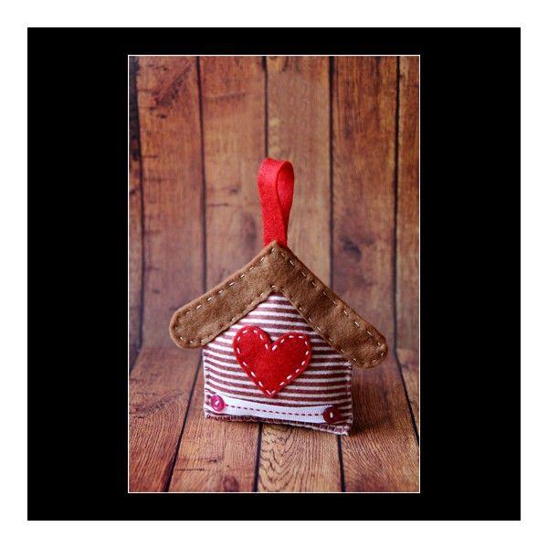 Casuta decorativa pentru Craciun realizata manual din fetru. Este decorata cu inimioara si nasturei.Dimensiune:13x11 cm inaltime.Pret/buc