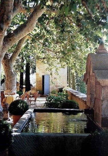 Fontana in pietra per arredare un antico giardino in stile provenzale.