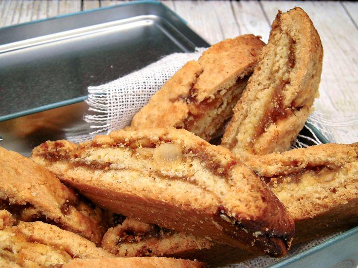 biscotti tagliati con marmellata e mandorle