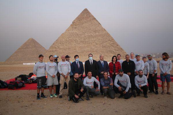 دعما لتنشيط السياحة العناني و منار و صبحي يشهدون عرض قفز بالمظلات بسفح الأهرامات Tourism