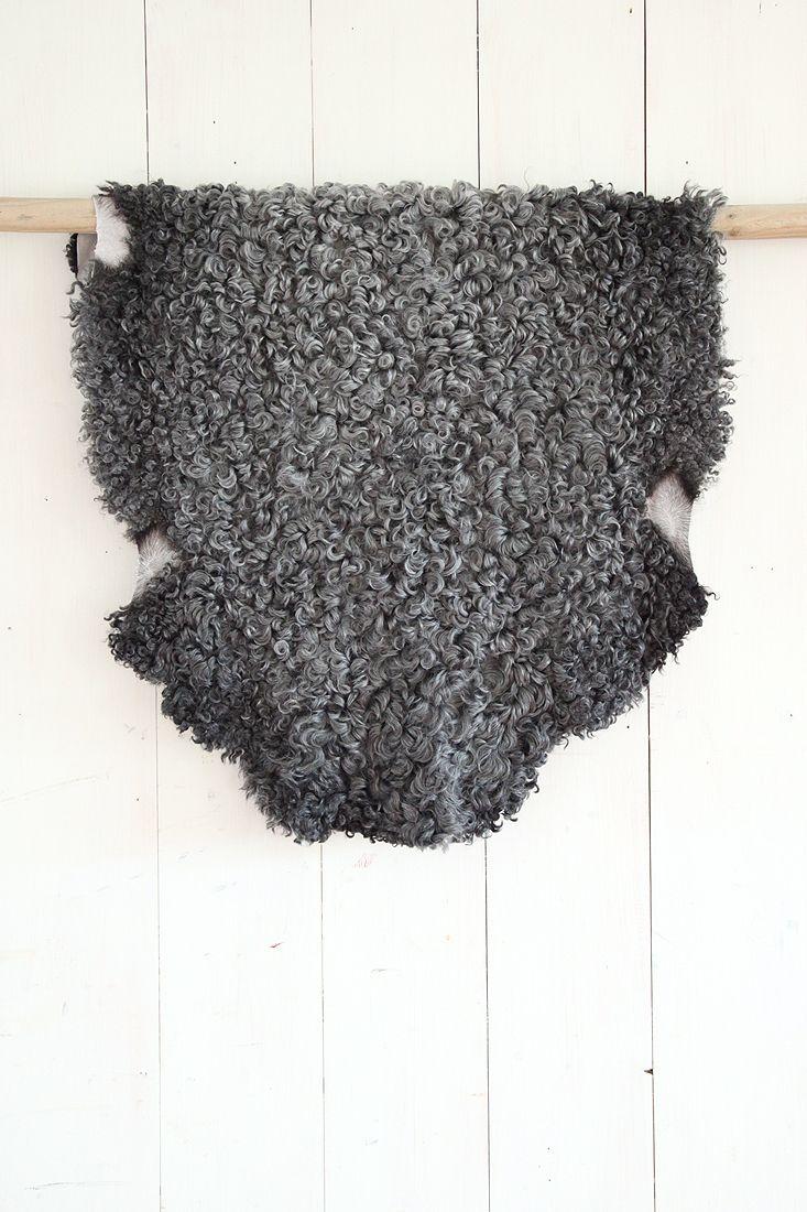 SCHAPENVACHTENOnze schapenvachten komen uit Zweden.We hebben in onze collectie prachtige zachte grijs krullende Gotlandvachten afkomstig van Gotlandpelsschapen, schapen van het eiland Gotland die gefokt worden voor vlees én die bijzondere pels. Gotlandvachten zijn enorm zacht, de vacht heeft een gladde zijdeachtige krullende haarstructuur en ook in Zweden is deze pels zeer geliefd; warm, licht en heerlijk zacht.