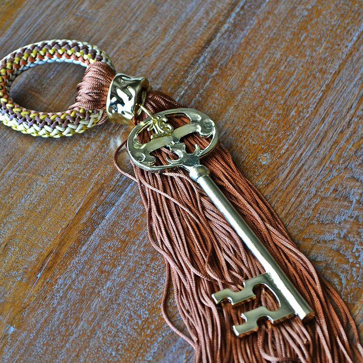 Για να ξεκλειδώσετε την τύχη σας ή την καρδιά όποιου αγαπάτε, αυτό το κλειδί είναι το κατάλληλο. Δεμένο με καφέ φούντα και κύκλο έτσι ώστε να μπορείτε να το κρεμάτε όπου θέλετε.