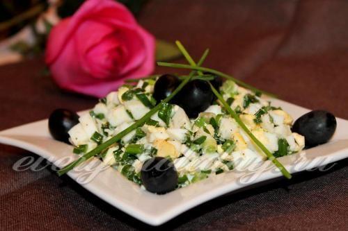 Весенний салат с зеленым луком и яйцом