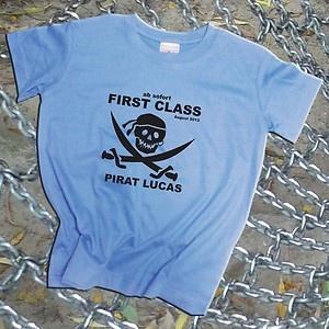 First Class, auch Piraten müssen lernen. Einschulungs T-Shirt. 1.Klasse. Mit eigenem Namen und Piratenkopf. Neu!
