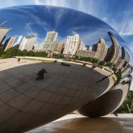 Il Cloud Gate è una spettacolare e moderna scultura dell'artista Anish Kapoor, rivestita con pannelli in acciaio inox e con saldature lucidate, situata nel Millenium Park di Chicago.