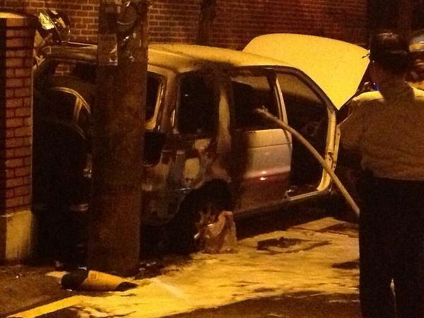 록산 @byalog / 우리집 건너편 골목길에 가스차가 폭발했습니다. 다행히 차만 태우고 인명피해는 없었습니다.    순식간에 소방관 아저씨들 멋있네요  / #골목 #탈것 #사고 #사건 #폭발 / 2013 09 24 /