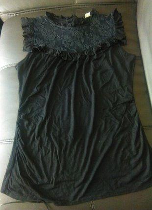 Kupuj mé předměty na #vinted http://www.vinted.cz/damske-obleceni/topy-and-tank-topy-bez-rukavu/16035630-cerny-top-s-krajkou-na-knofliky