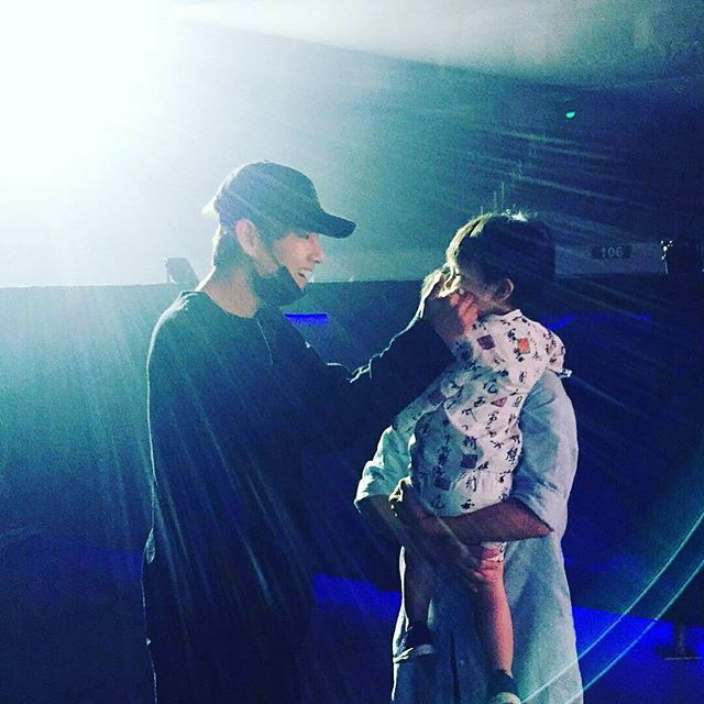 """160801 @w1ntergo """"Angels do come down from heaven"""" taehyung with baby winter ㅠㅠㅠ everytime i see him with kids my hearteu just goes hdnsndhdjfnkd deAd-"""