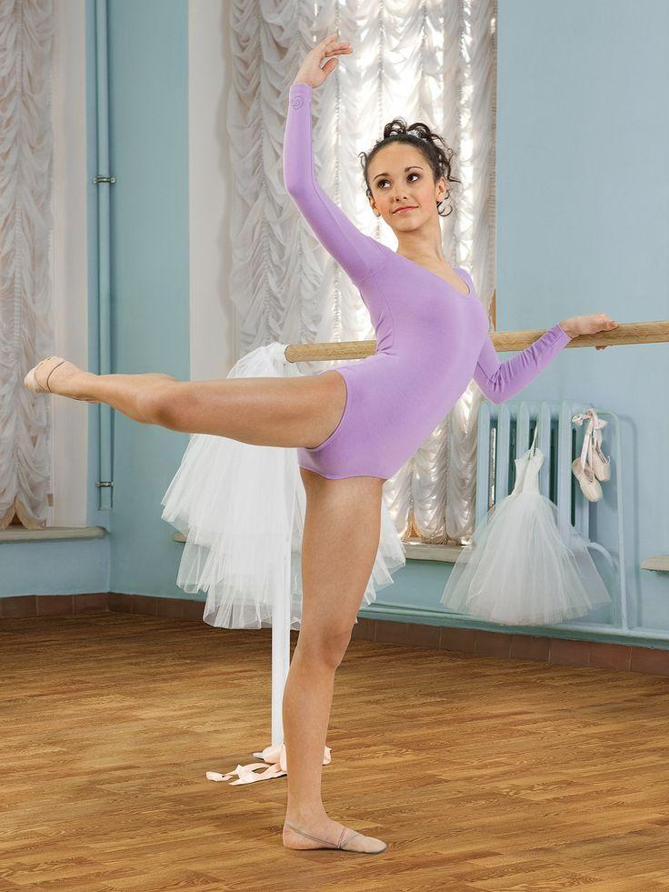 Красивая молодая гимнасточка без костюма — img 7