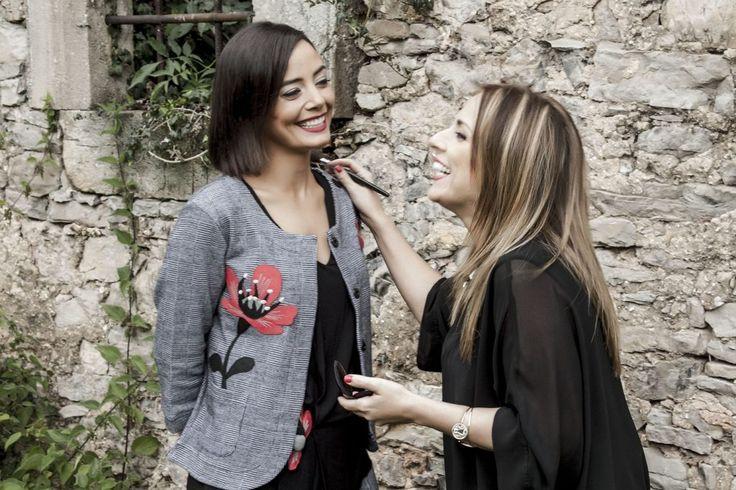 Sara Ruesga retocando a una de los modelos de #6Lookstayoe