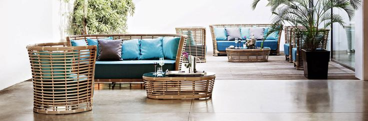 Композиция, включающая в себя диван, кресло и столик, с алюминиевой базой и ручным плетением.