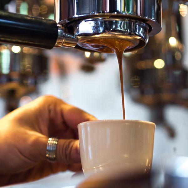 Кафето #Classico е с висок кофеинов процент, подходяща #напитка за събуждане или след #хранене. Сместа, от която е съставен този продукт е от 70% качествена #Робуста и 30% #кафе #Арабика. https://biomall.bg/caffe-mauro-classico-espresso-point-system-kapsuli-cena