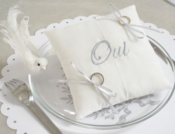 Coussin alliances oui en coton blanc avec inscription oui brodé gris et ruban satin gris pour attacher les alliances.