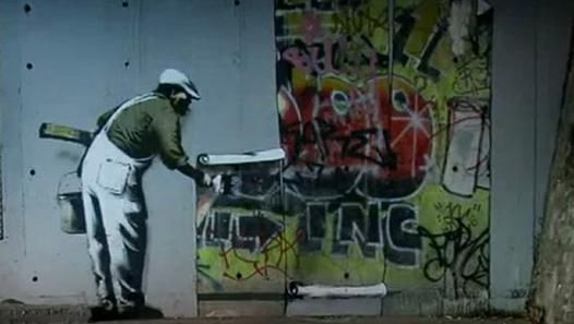 Graffiti Wars : King Robbo vs BanksyRobbo est un graffeur anglais qui, depuis les 8O's et comme Banksy a toujours masqué son visage, du fait de la très stricte législation qui s'applique dans son pays en matière de vandalisme : La propriété étant une valeur intouchable, la dégradation de biens est assimilée à un véritable crime.Banksy tire souvent son inspiration du travail d'un certain Blek le rat alias Xavier Prou, un pochoiriste français qui dessine principalement de petits rats et des…