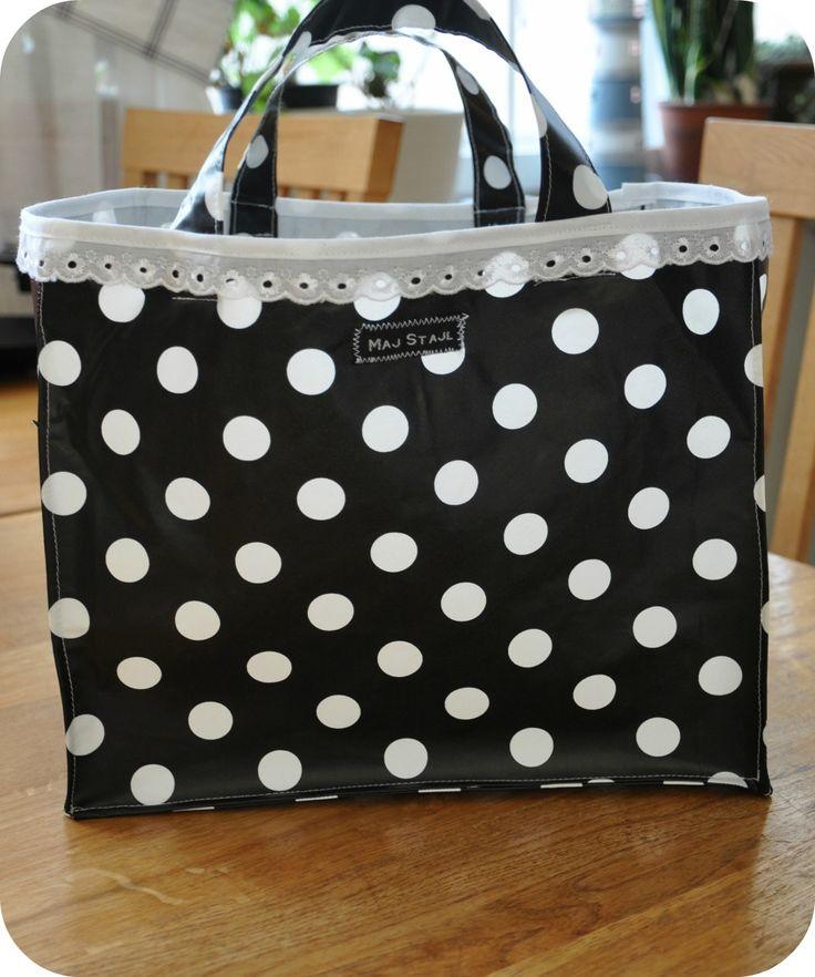 Förra helgen sydde jag en lunchlådeväska. Det är ju lite tråkigt att bära matlådan i en plastpåse till jobbet varje dag så kom på att jag ku...