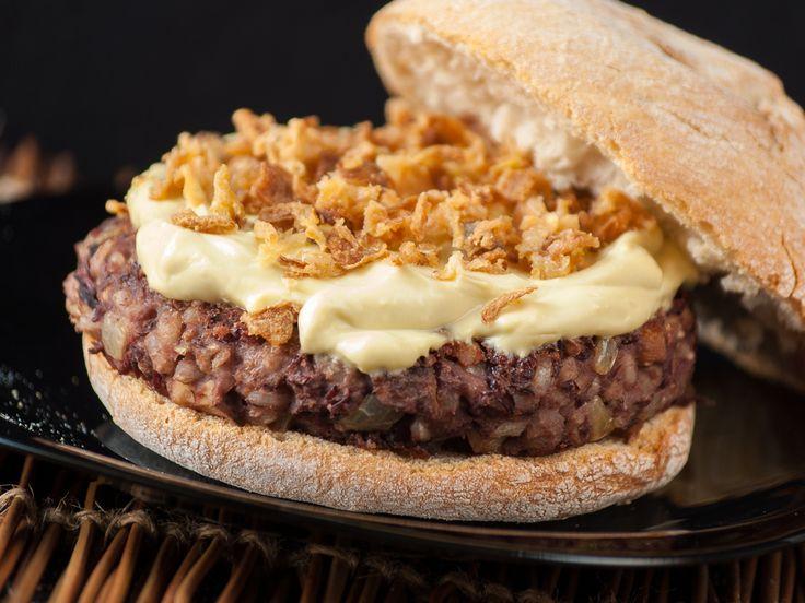Receta de hamburguesa de azukis. Las azukis son unas legumbres japonesas muy sanas y sabrosas. Acompañaremos la veggieburger con una mayonesa vegana casera.