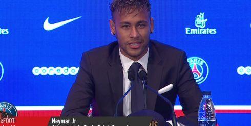 Suivre le transfert de Neymar en direct Neymar pose avec le maillot - L'Equipe.fr