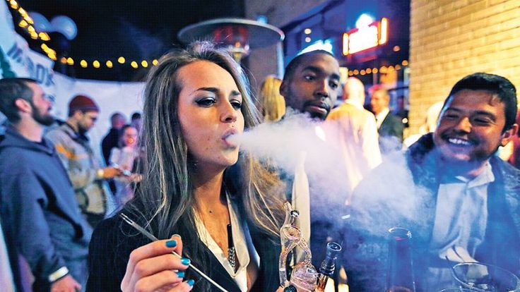 02.01.14 / Le Colorado légalise la vente de cannabis / De forts effluves de cannabis planaient mercredi à l'aube dans les rues de Denver, scènes d'attroupements inhabituelles, sur fond de montagnes Rocheuses. Attendant sagement leur tour devant deux douzaines de dispensaires d'un nouveau genre, des jeunes gens venus des quatre coins des États-Unis faisaient la queue pour participer à un événement historique: la légalisation de la vente de cannabis dans l'État du Colorado