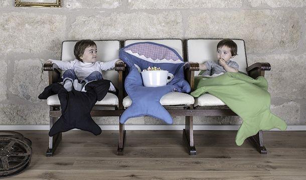 Quando arriva l'inverno, non bastano le coccole e l'amore dei genitori per scaldare i più piccoli, così ecco una collezione morbida e divertente di sacchi a pelo. Ogni bambino può coprirsi, dormire o giocare in un'orca, in uno squalo o in una balena e vivere avventure degne di Moby Dick. Questi simpatici soggetti sono creati a mano da due designer spagnole e studiati non solo per la sicurezza dei bambini ma anche per la tranquillità delle mamme e dei papà.