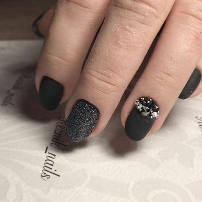 Матовый чёрный для @natalia.v.i 🖤 🖤снятие предыдущего покрытия 🖤комбинированный маникюр 🖤покрытие чёрным гель-лаком, матовым топом #lianail 🖤блёстки 🖤🖤🖤 🖤инкрустация стразами