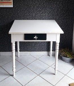 Biały stolik eklektyczny -biurko wykończenie Shabby Chic.