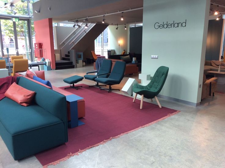 Gelderland bank 7840 Pillow design Lex Pott en fauteuil 7405 design Scholten & Baijings gecombineerd met draaifauteuil 400 Retro design Jan des Bouvrie @designpostcologne #dutchdesign @scholtenbaijings #lexpott #jandesbouvrie