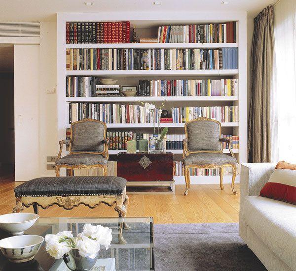 Librería de DM con el fondo entelado diseñada por Luis Puerta
