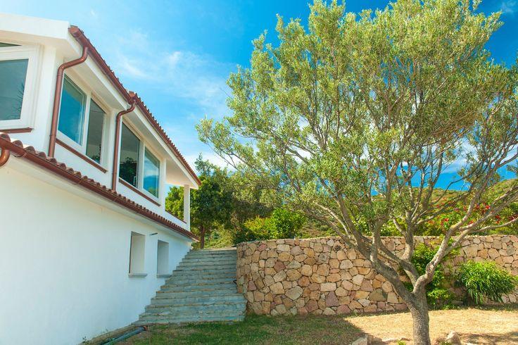 Fronte casa con scala al piano inferiore