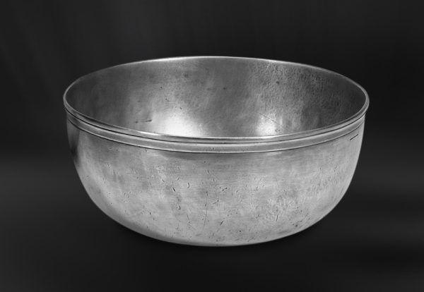 Pewter Bowl - Diameter: 25,5 cm (10″) - Height: 11 cm (4,3″) - Food Safe Product - #bowl #pewter #catinella #ciotola #scodella #bacinella #peltro #zinnschüssel #schüssel #zinn #étain #etain #bol #coupe #peltre #tinn #олово #оловянный #tableware #dinnerware #table #accessories #gifts #giftware #home #housewares #decor #design #bottega #peltro #GT #italian #handmade #made #italy #artisans #craftsmanship #craftsman #primitive #vintage #antique