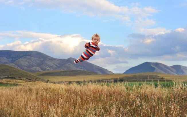 nas fotos originais, Alan está segurando o filho. As fotos foram editadas no Photoshop, para criar a ilusão de que a criança está flutuando. Foto: Alan Lawrence/Kickstarter